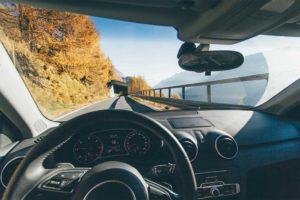 Wirtualny asystent w samochodzie pomaga kierowcy